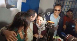 """شاهد … لحظة مغادرة """"هاجر الريسوني"""" وخطيبها السوداني لأسوار السجن"""